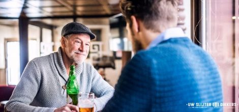 Vader en zoon drinken samen een biertje
